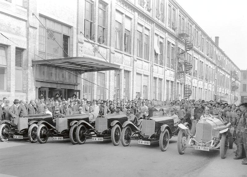 Dobový snímek vozů azávodníků před odjezdem naslavnou Targa Florio 1924 přímo zfabriky DMG veStuttgartu Unterturkheimu. Zleva zavolanty vozů: Max Sailer, Christian Werner, Alfred Neubauer, Christian Lautenschlager (všichni vozy spřeplňovanými 120 koňovými motory). Zcela vpravo zavolantem vozu s4,5l motorem zGrand Prix zroku 1914 Otto Salzer – všechny vozy – práce Ferdinanda Porscheho.