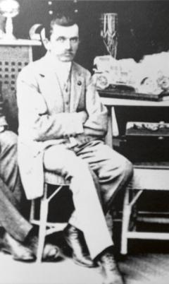 Vroce 1910 vesvé pracovně veWiener Neustadtu.