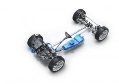 Kromě základní jsou všechny verze nového Evoque mild-hybridní. Řemenem je smotorem spojen startér-generátor, pod sedadlem řidiče (u levostranného řízení) je vpředu vmodře zvýrazněném segmentu měnič elektrického napětí a v zadní části akumulátor skapacitou 200 Wh