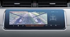 """Funkce ClearSight Ground View si pamatuje obraz povrchu před vozem, jejž při pohybu vozu vpředu vkládá do virtuálního obrazu situace pod přední částí vozu. Systém označovaný také jako """"průhledná kapota"""" usnadňuje manévrování vnáročném terénu a vdruhé generaci typu Evoque slaví světovou premiéru"""