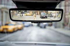 Vnitřní zpětné zrcátko může zobrazovat prostor za vozem na integrovaném displeji