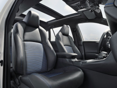 Přední sedadla jsou rozměrná a pohodlná, prostoru pro hlavy je dostatek iv kombinaci sprosklenou střechou