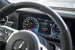 Drift Mode, tedy pohon pouze zadních kol, se aktivuje v režimu Race, s vypnutým systémem ESP a převodovkou v manuálním módu. Pak již stačí stát na brzdě apřitáhnout obě řadicí páčky k volantu...