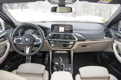 Palubní deska je shodná s BMW X3. Praktické jsou široké možnosti obsluhy pomocí tradičního ovladače iDrive mezi sedadly, dotykovým displejem, tlačítky na volantu a gesty