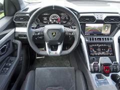 Pracoviště řidiče svým rozvržením nejvíce připomíná příbuzné vozy Audi Q7/Q8