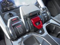 Středový panel soustředí ovladače startování, řazení a provozních režimů. Milovníkovi rychlých automobilů spolehlivě zrychlí tep