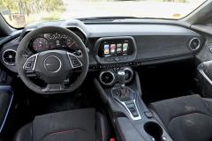 Pracoviště řidiče je nejen bohatě vybavené a až nečekaně komfortní, ale také navýsost přehledně uspořádané