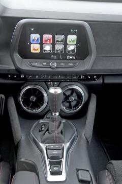 Moderní multimediální systém s osmipalcovým dotykovým monitorem je od roku 2019 pro Camaro ZL1 součástí základní výbavy. Středové výdechy ventilace jsou umístěny velmi nízko