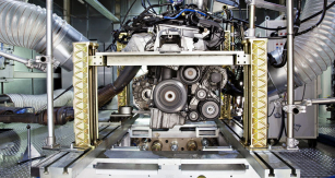 Škoda Auto je jedinou automobilkou u nás svlastním vývojem. Zde pohled do zkušebny motorů