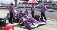 Dvacetiletý Santino Ferrucci z Connecticutu byl tři roky vývojovým jezdcem týmu Haas ve formuli 1, ale nakonec dal přednost Indy Cars (letos jede celou sezonu pro Dale Coyna)