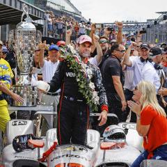 Australan Will Power loni vyhrál tři závody Indy Cars, na snímku slahví mléka, tradičního nápoje vítězů 500 mil Indianapolis (dosáhl průměrné rychlosti 268,598 km/h)