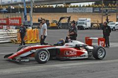 Ve formuli US F2000 startují shodné monoposty Tatuus USF 17 smotorem Mazda 2.0 MZR o výkonu 129 kW (175 k), nasnímku devatenáctiletý Colin Kaminsky zIllionis