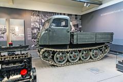 Válečný Raupenschlepper je poháněn vzduchem chlazeným osmiválcem zprodukce společnosti Steyr