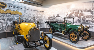Bohatou historii připomíná Horch 12/28 PS z roku 1911, poháněný motorem o objemu 3176 cm³. Rozjel se až na rychlost 70 km/h