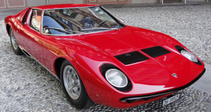 Legendární dvanáctiválec Lamborghini Miura (design Bertone/Marcello Gandini)