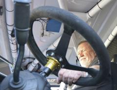 """Jak typické. Ing.Kalina sice sedává namístě spolujezdce, ale obrazně svojí dokonalou schop- ností navigovat """"drží"""" volant řidiči speciálu vtom správném směru."""