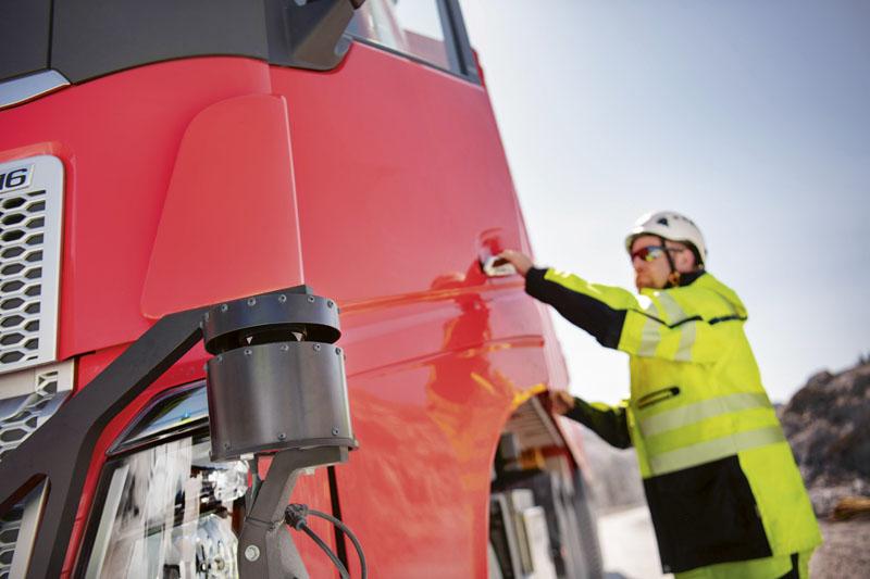 Autonomní vozidla Volvo FH spravují/hlídají strojníci nakladačů.