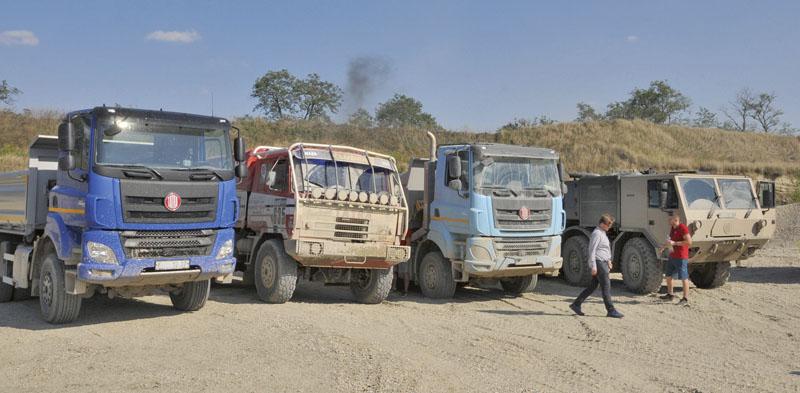 Vozidla připravená kprezentačním azkušebním jízdám konstruktérů atechniků.