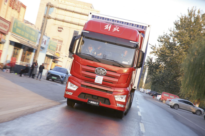 """FAW Jiefang J7 prošel všemi dynamickými astatickými testy snejvětším počtem bodů atak se zaslouženě stal držitelem prestižního titulu """"Chinese Truck of the Year 2019""""."""