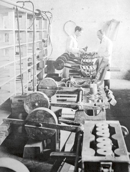Zbrojovka veSteyru disponovala velmi dobrým výrobním zařízením ašikovnými dělníky. Nafotografii vhled domodelárny tovární slévárny. Vlevo stojí Wilhelm Petzka, vpravo modelář Degner.
