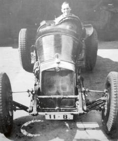 Vtovárně Steyr-Werke objevil Ferdinand Porsche po svém nástupu dva závodní vozy Steyr, které zkonstruoval August Momberger (zavolantem).