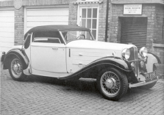 Sportovní kabriolet Steyr Typ 30S zroku 1932, vté době již nebyl Ferdinand Porsche veslužbách automobilky Steyr, vekteré získala silnou pozici nová banka podporovaná finančníkem Camillo Castiglionim.