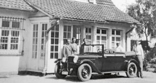 Během jízdy vozem Steyr Typ 30 ze Steyru nazávody naokruhu Nürburgring vroce 1929 se Ferdinand Porsche zastavil vevile uStuttgartu, kterou měl vté době stále pronajatou Hans Nibel. Zleva: Ferdinand Porsche, syn Ferry asestra Ferdinanda Anna Glaser. Uzadní části vozu stojí řidič Josef Goldinger ainženýr Max Troesch.