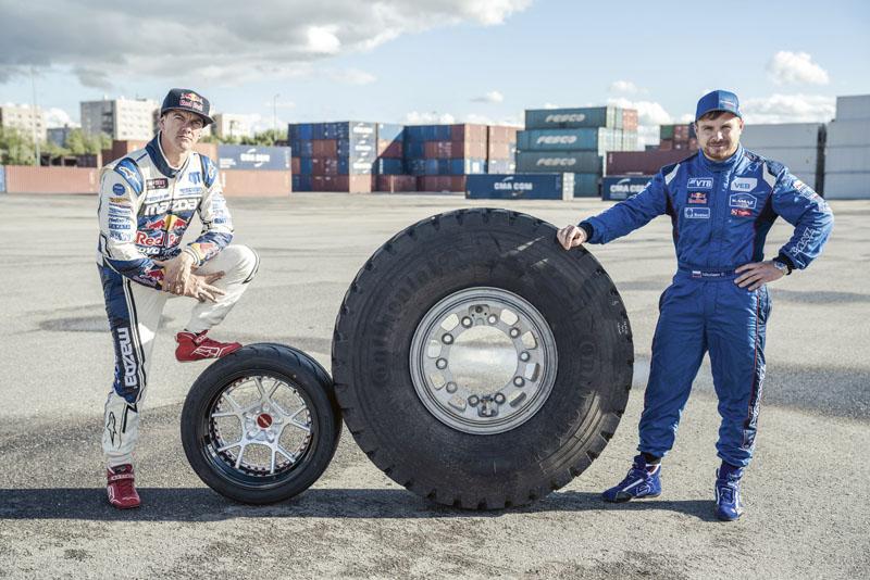 Michael Whiddett (vlevo) a Edouard Nikolajev s koly ze svých závodních speciálů – i to je určitý důkaz nesrovnatelné rozdílnosti jejich vozidel.