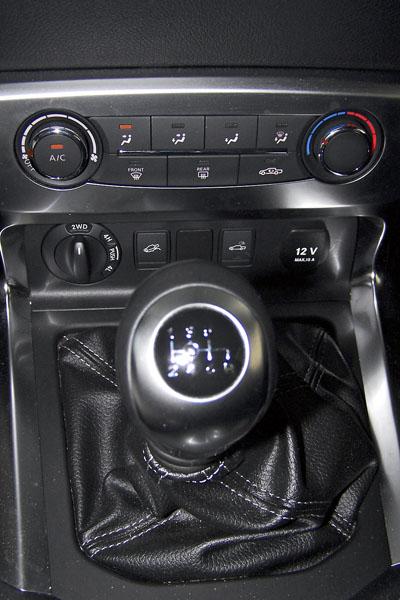 Mercedes Benz – Před řadicí pákou šestistupňové převodovky je otočný volič režimů off-road