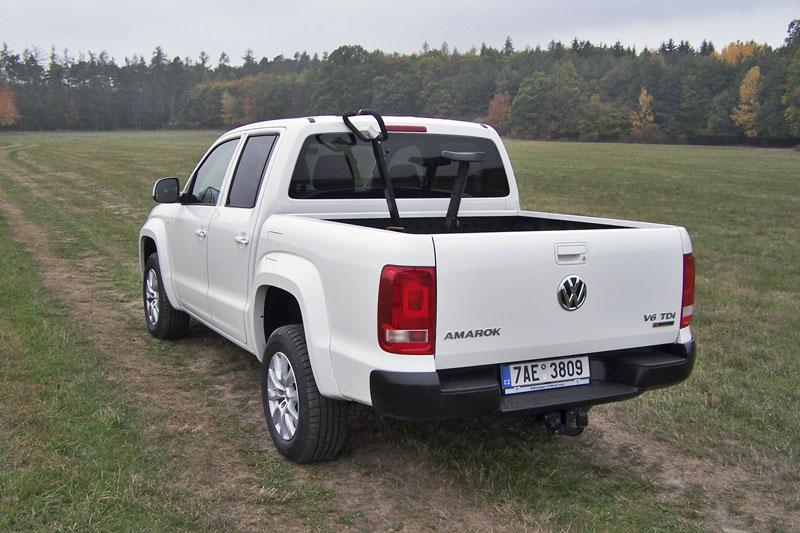 VW Amarok – Zadní stěnu lze sklopit jen do vodorovné polohy, vadí přípojné zařízení