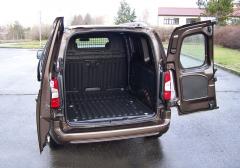 Opel – Zadní asymetricky dělené dveře umožňují dobrý přístup knákladovému prostoru, vČesku si ale budou zákazníci objednávat hlavně celoplechové provedení