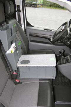 Peugeot Expert – Na sedadle spolujezdce byla umístěna kancelářská sestava Bott, která mě ale překážela při řazení