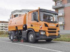 """Unikátní kombinace nástavby Bucher a""""malého"""" podvozku Scania P 250."""