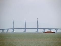 Tři věže, které drží části visutého mostu zajišťujícího průjezdnost povodní hladině.