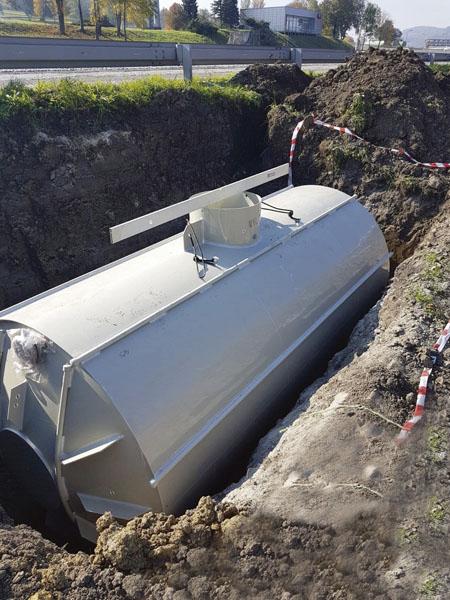 Skrápěcí systém nízkoadhezní vozovky je napájen 14kubíkovou vlastní jímkou.