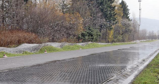 Nízkoadhezní vozovka je určena pro měření, zkoušení ahomologaci protiblokovacího systému ABS uvozidel kategorií M2, M3 aN (všech podkategorií – N1, N2 aN3).