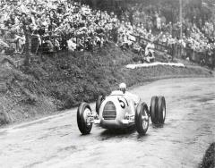 Pro jízdu dovrchu byly nezřídka zadní kola zdvojována pro zvýšení adheze vozu. Činily tak ijiné značky vozidel.