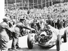 Auto-Uniony splnily přesně to, co odnich Adolf Hitler očekával aco vdialogu sFerdinandem Porschem vroce 1933 vesvé kanceláři zdůrazňoval – přinést slávu německému národu aautomobilismu.