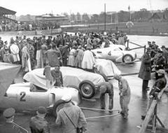 Auto Uniony se postupně nazávodních drahách začaly objevovat isdalšími aerodynamickými prvky akryty, které měly zajistit ještě více laminárního proudění kolem karosérie.