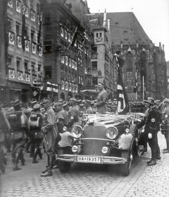 Celá řada kritiků vyčítá Ferdinandu Porschemu, že si zadal snacisty, že požíval jejich obliby adůvěry akoneckonců ipeněz.