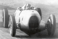 Nebylo samozřejmě množné, aby se šéf vesvém výtvoru sám nesvezl. Nakonec vzačátcích své kariéry Porsche úspěšně závodil již svozy Lohner-Porsche.
