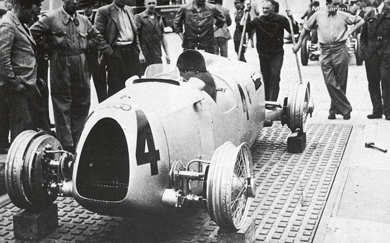 Auto-Union Ase ničemu nepodobal, vestartovním poli odroku 1934 až dokonce roku 1939 neměl obdoby. Zrovna jako jeho jízdní vlastnosti byly zcela výlučné.