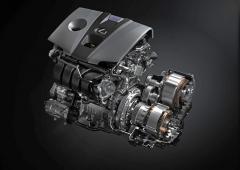Hybridní hnací soustava má nové uspořádání s elektromotory umístěnými na samostatných osách. Se spalovacím motorem je stále spojuje planetové soukolí