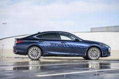 Svým vzhledem pětimetrový sedan ES připomíná větší typ LS, řadící se do segmentu luxusních sedanů vyšší třídy