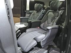 Novinkou jsou komfortní sedadla pro druhou řadu. Jsou všestranně elektricky stavitelná, vyhřívaná i odvětrávaná a nabízejí imasážní funkci