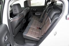 Tři zadní sedadla lze samostatně posouvat aupravovat sklon opěradel. Boční vedení je minimální, pohodlí maximální