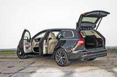 Zatímco předchozí generace typu V60 nabízela prostor pro zavazadla o velikosti 430 l, současné provedení disponuje objemem 529 litrů. Vzhledem ke konkurenci je to rozhodně zajímavé číslo. Třeba Audi A4 Avant nebo Mercedes-Benz třídy C kombi tolik prostoru pro zavazadla nenabídnou