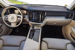 Také Volvo V60 využívá uspořádání palubní desky poprvé představené u současné generace typu XC90