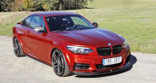 Výroční speciál BMW M240i ACL2S by ACSchnitzer na první pohled odlišují kompozitové aerodynamické doplňky a jiná devatenáctipalcová kola