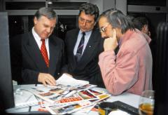 Herbert Schnitzer (vlevo) při návštěvě Renocaru v Brně koncem roku 1993 při rozhovoru s autorem článku (vpravo)